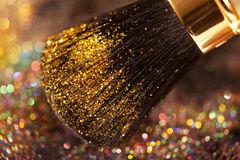 bijouplan-rapproché-sur-la-brosse-d-et-la-poudre-brillante-37721046
