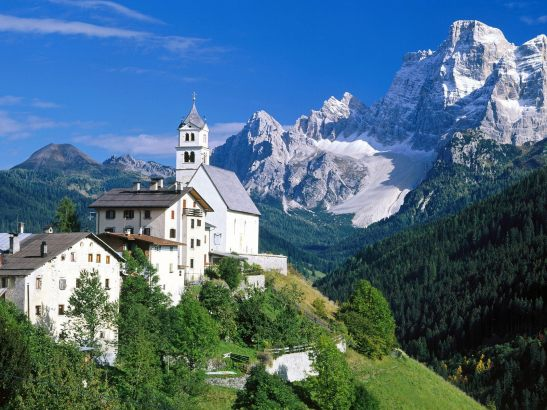 cortina World___Italy_House_on_a_background_of_mountains_in_the_ski_resort_of_Cortina_d_Ampezzo__Italy_062953_