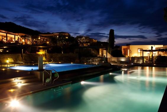 calvi0030-vue-nuit-piscine-exterieure-et-hotel-078bce90b2