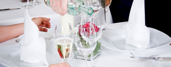 Mann und Frau werden im Restaurant vom Kellner bedient